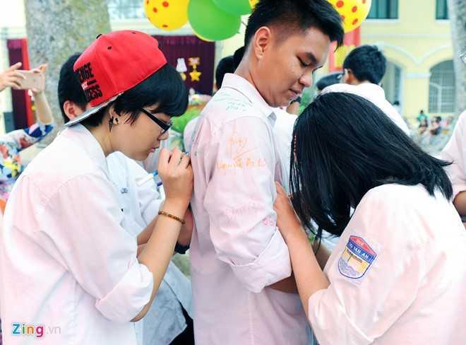 Gần về cuối buổi chia tay, các chàng trai, cô gái bắt đầu trao gửi lưu bút cho nhau làm kỷ niệm. Chiếc áo trắng mặc lần cuối được các thành viên lần lượt viết, ký tên.