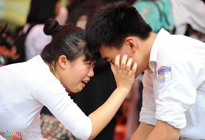 Cả bạn trai cũng rơm rớm nước mắt khiến bạn gái phải tiến tới động viên.