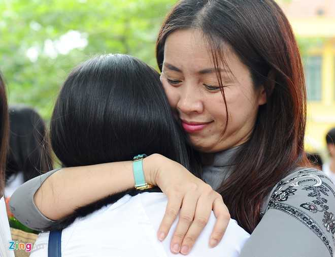 Các cô giáo cũng không thể kìm nén sự xúc động khi chia tay những học sinh thân yêu của mình.