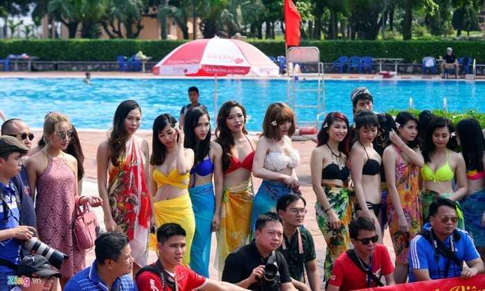 Một đơn vị tổ chức tiệc chụp ảnh bikini tại bể bơi với sự tham gia của 15 cô gái làm người mẫu.