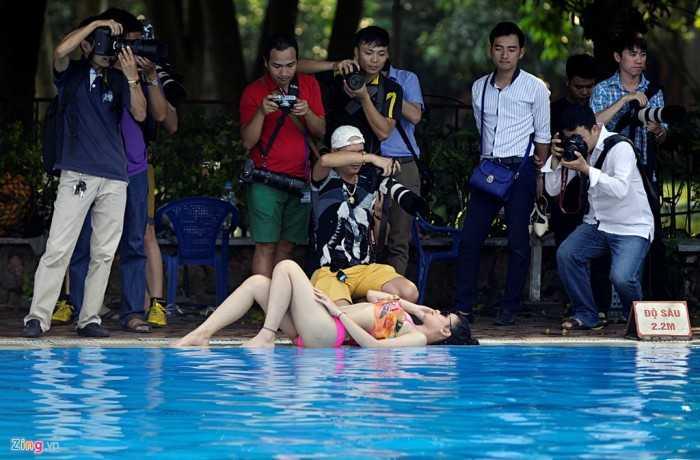 Không chỉ tạo dáng bên bể bơi, nhiều nhiếp ảnh còn kéo mẫu nữ trèo lên thang tạo dáng bên cạnh những lùm cây.