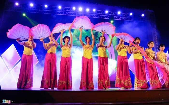 Mở đầu chương trình, 12 thí sinh chào khán giả bằng điệu múa dân gian.   Với đặc thù trường nhiều sinh viên nam như Đại học Xây dựng, những nữ   sinh, đặc biệt là những cô gái xinh đẹp, luôn nhận được sự cổ vũ nồng   nhiệt.