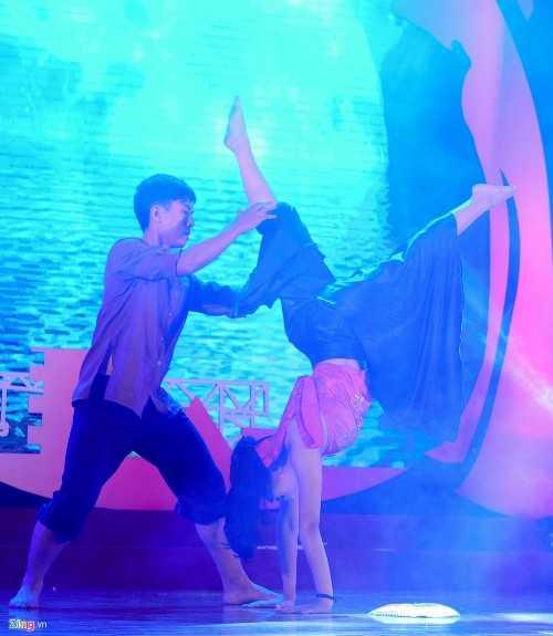 Trần Hài Nhi thể hiện khả năng vũ đạo với nhiều động tác bay, nhảy, nhào lộn…