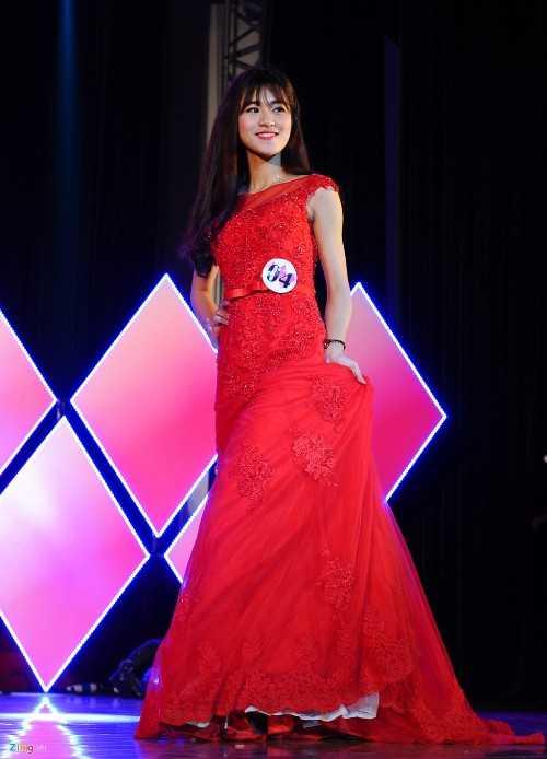 Trần Thị Huyền Trang diện váy đỏ nổi bật.