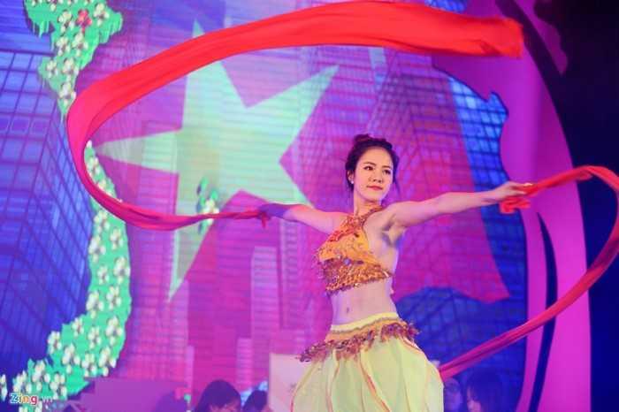 Phần thi tài năng chứng kiến tiết mục biểu diễn ấn tượng của thí sinh   Dương Thị Xuân khi cô kết hợp múa và vẽ bản đồ Việt Nam ngay trên sân   khấu.