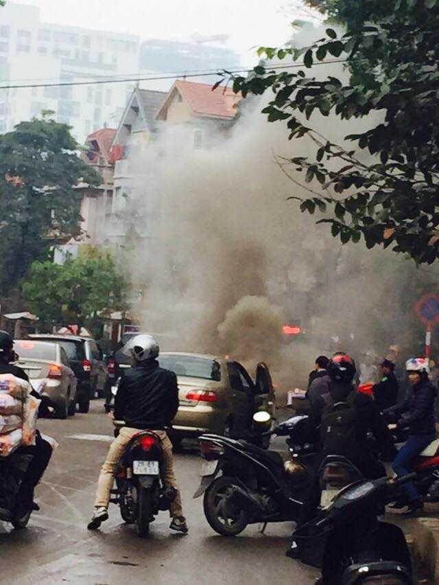 Chiếc ô tô bị cháy, khói bốc ra ngùn ngụt. Ảnh Facebook