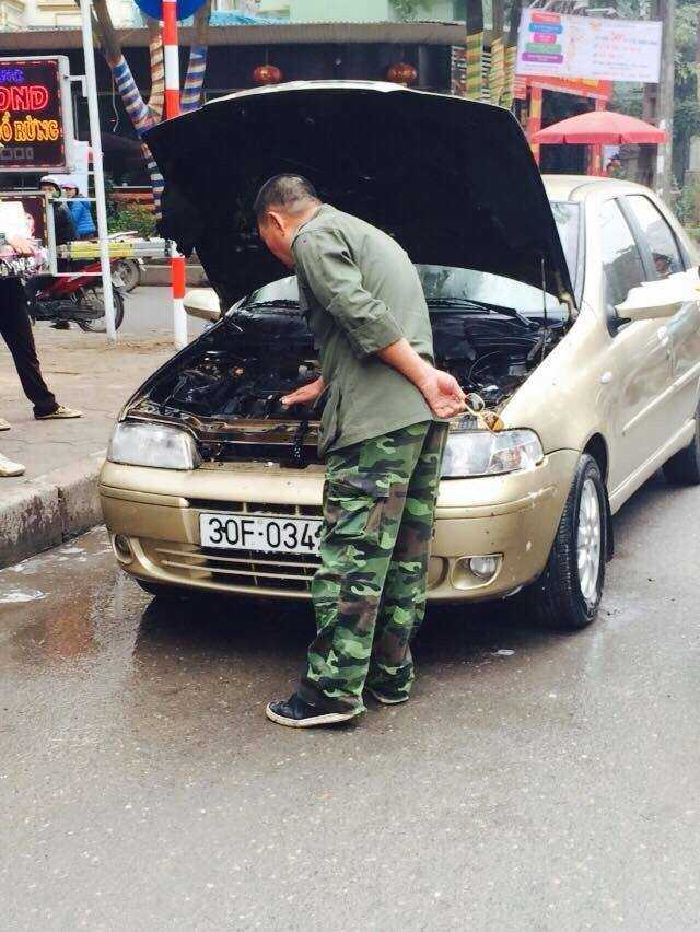 Ô tô bị cháy gần hết máy mốc bên trong đầu xe. Ảnh Facebook
