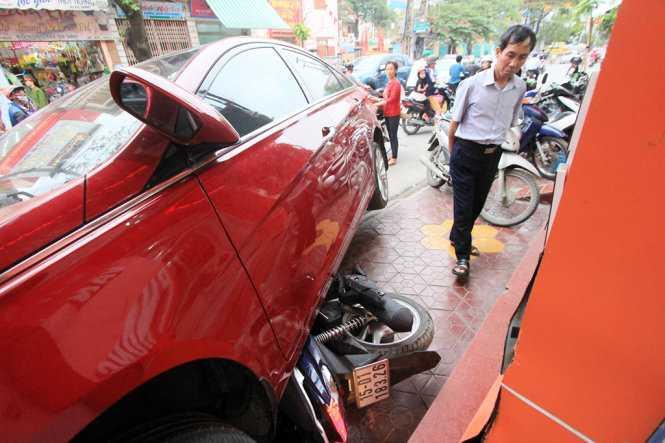 Hiện trường vụ việc chiếc ôtô do chị Nhung điều khiển tông liên hoàn vào năm xe máy khiến một người bị thương nặng - Ảnh: Tiến Thắng