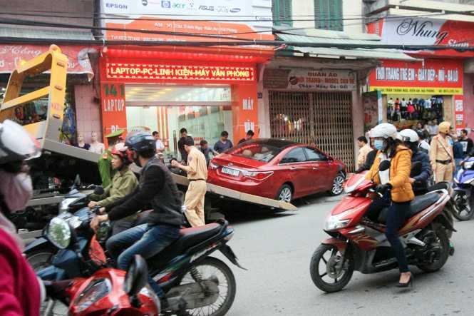 Cảnh sát giao thông có mặt điều tiết giao thông và di dời các phương tiện về trụ sở để giải quyết vụ việc - Ảnh: Tiến Thắng
