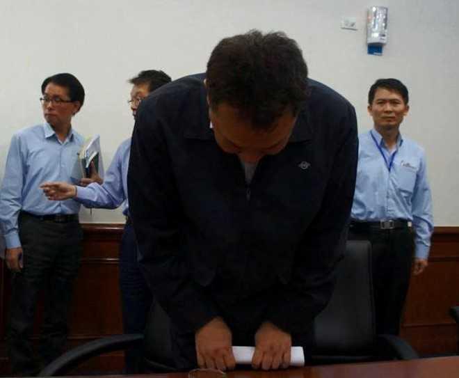 Ông Phàm cúi đầu xin lỗi người dân cả nước trong cuộc họp báo chiều 26/4 tại Formosa Hà Tĩnh. Ảnh: CTV.
