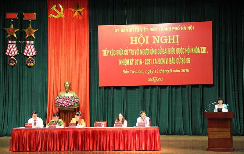 Các ứng viên đại biểu Quốc hội tiếp xúc cử tri quận Bắc Từ Liêm ngày 13/5  (Ảnh: Phạm Thịnh)