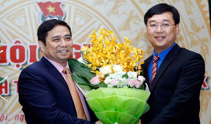 Đồng chí Phạm Minh Chính, Ủy viên Bộ Chính trị, Bí thư Trung ương Đảng, Trưởng Ban Tổ chức Trung ương tặng hoa chúc mừng ông Lê Quốc Phong