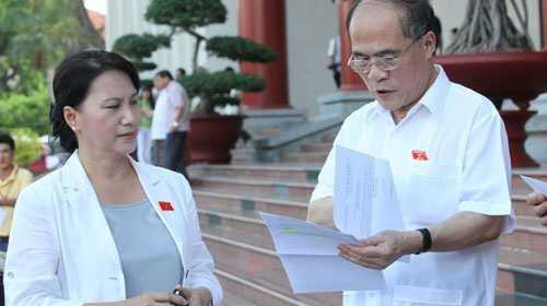 Chủ tịch Quốc hội Nguyễn Sinh Hùng chia sẻ cảm thấy vui và tin tưởng người kế nhiệm của mình sẽ hoàn thành tốt nhiệm vụ trên cương vị mới.