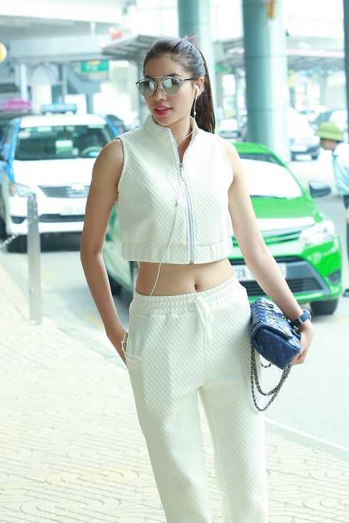 Đầu giờ chiều 30/3, Hoa hậu Phạm Hương đáp chuyến bay xuống Nội Bài, chuẩn bị dự show thời trang The Dream of Santorini, diễn ra vào tối cùng ngày tại Cung Thể thao Quần Ngựa.Cô vừa mới trở về nước sau chuyến công tác tại châu Âu.