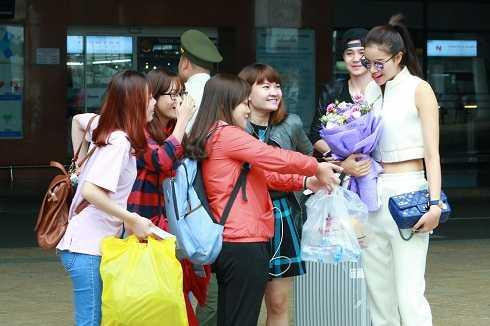 Các bạn trẻ có mặt tại sân bay Nội Bài để chào đón Phạm Hương.