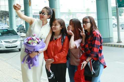 Phạm Hương vui vẻ chụp hình và ký tặng fan. Ngay sau đó, cô về khách sạn, chuẩn bị cho show diễn thời trang diễn ra vào tối 30/3.