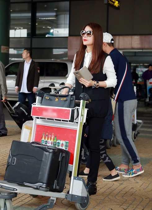 Diễn viên Trương Ngọc Ánh có mặt tại sân bay Nội Bài trước đó 2 tiếng.