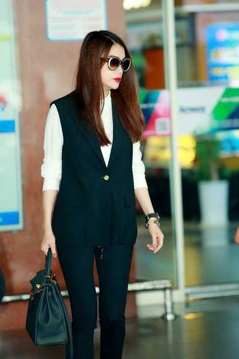 Phong cách thời trang năng động và sành điệu của Trương Ngọc Ánh tại sân bay.