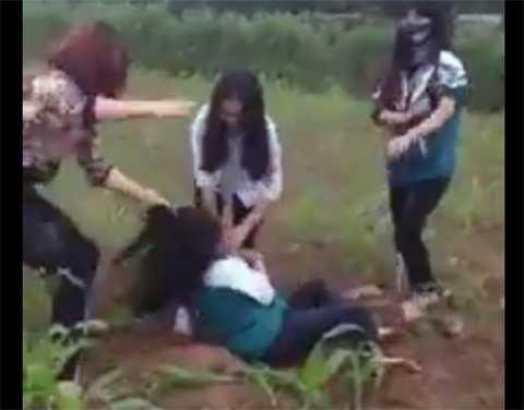 Nữ sinh bị đánh hội đồng dã man nhưng những người đứng trên chỉ biết hò hét, cợt nhả và quay clip, khiến cộng đồng mạng phẫn nộ - Ảnh cắt từ clip