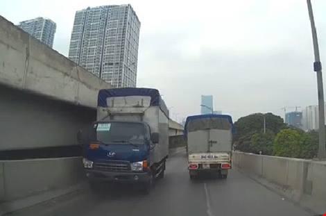 Chiếc xe tải nghênh ngang đi ngược chiều, gây phẫn nộ.