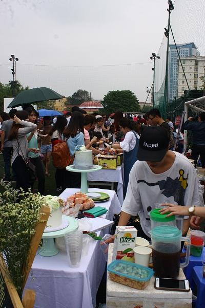 Khu ẩm thực cũng thu hút được rất nhiều người.