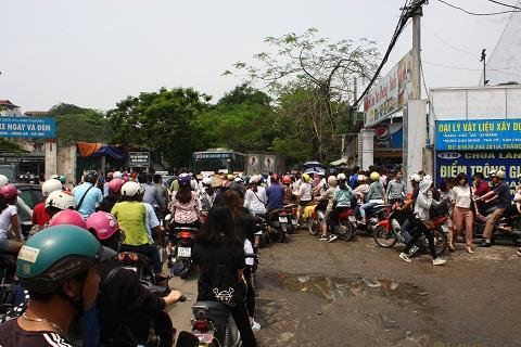 Cổng vào chật cứng, dòng người xếp hàng tràn ra lòng đường gây ùn tắc giao thông.