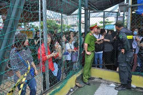 Lực lượng công an phong tỏa lối vào hội chợ.