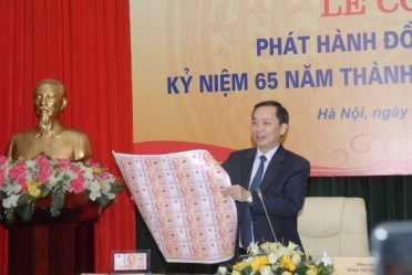 Phó Thống đốc Đào Minh Tú giới thiệu tiền lưu niệm (Ảnh: NHNN)