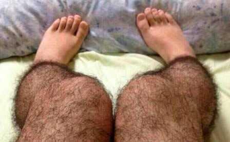 Thật kì dị khi một cô gái chân đầy lông