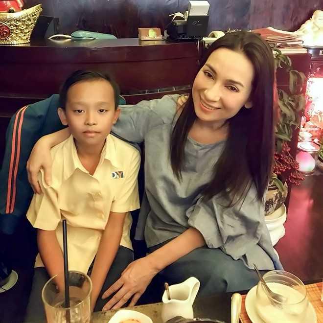 Hồ Văn Cường gặp thần tượng tại nhà hàng chay của chị. Ảnh: Q.C