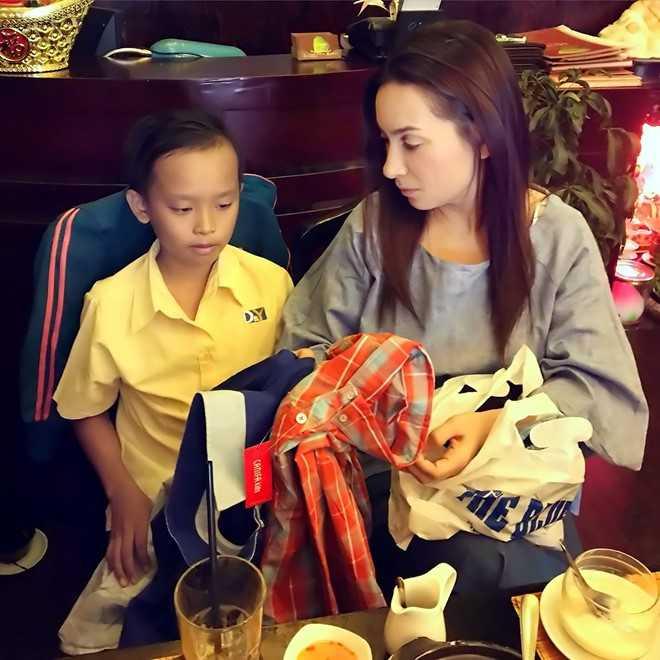 Phi Nhung tặng nhiều quần áo cho Hồ Văn Cường. Ảnh: Q.C