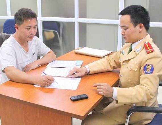 Tài xế điều khiển xe quay đầu ở cầu vượt Lê Văn Lương làm việc tại cơ quan công an