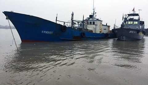 Chiếc tàu của Trung Quốc xâm phạm chủ quyền biển của Việt Nam được áp giải về cửa sông Bạch Đằng để điều tra làm rõ sai phạm - Nguồn ảnh: Tuổi trẻ