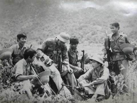 Phút nghỉ ngơi hiếm hoi của các chiến sĩ trên Mặt trận Vị Xuyên năm 1984    Ảnh tư liệu