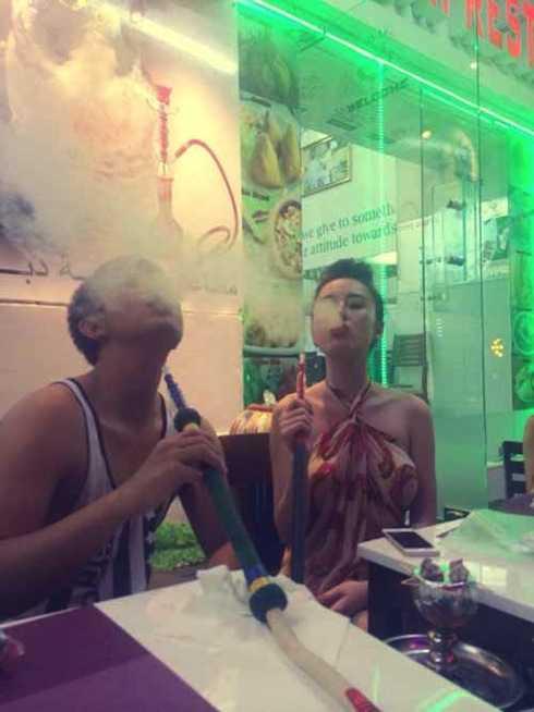 Phương Trình phì phèo hút shisha khiến khán giả 'nhức mắt'.