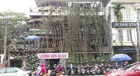 Trên tuyến phố Thái Hà sầm uất, chủ Lương Sơn Quán đã trồng rào tre, lợp mái ngói theo kiểu sắp đổ, dựng cổng bằng đá hộc, kê chum rượu... ngay phía trước mặt tiền ngôi nhà.