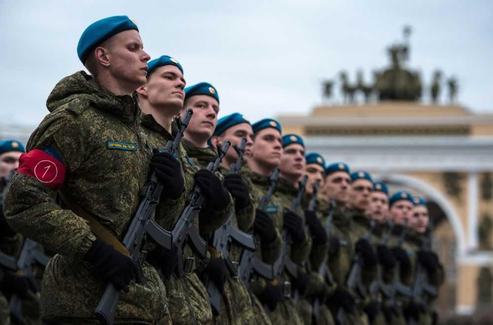 Các quân nhân Nga nghiêm trang trong khi luyện tập