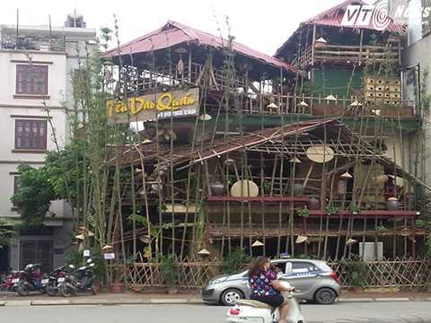 Lãnh đạo phường Ô Chợ Dừa cho biết, Tiêu Dao Quán đã bị đình chỉ hoạt động của quán vì chưa đảm bảo PCCC, xây dựng mái lá tiềm ẩn nguy cơ cháy nổ, cũng như mất mỹ quan đô thị. Ảnh Đ.A