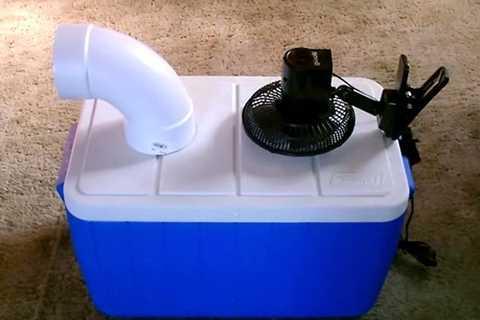 Những chiếc quạt lạnh tự chế đã được nâng   cấp bằng thùng đá bằng nhựa, quạt kèm theo pin dự phòng để trừ trường   hợp cúp điện. Ảnh: NVCC.