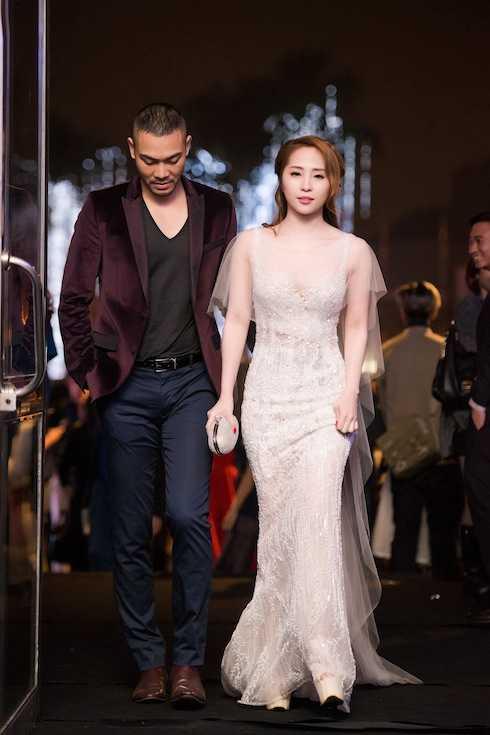 Cô diện chiếc váy dạ hội đính đá pha lê với kiểu dáng ôm sát.