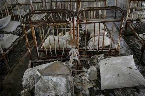 Hình ảnh con búp bê sót nằm trơ trọi trên chiếc giường cũ kỹ cho thấy nỗi ám ảnh tại Chernobyl vẫn hiện hữu.