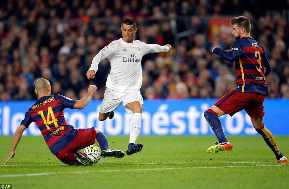 Ronaldo bị hàng thủ Barca theo kèm rất kỹ