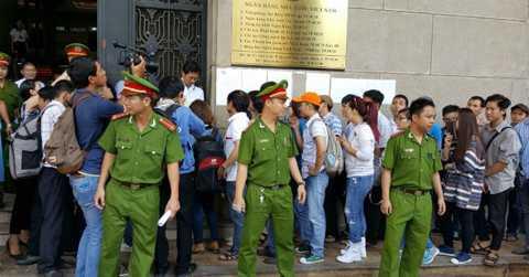 Lực lượng công an được huy động để giữ gìn trật tự trong ngày bán tiền 100 đồng đầu tiên tại TP.HCM - Ảnh: BizLIVE.