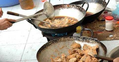 Dùng dầu chiên đi chiên lại nhiều lần khiến thức ăn bị biến chất, gây nguy cơ ung thư cao
