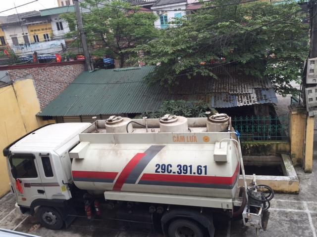 Chiếc xe chở nhiên liệu nghi xăng máy bay bị tạm giữ - Ảnh: Dân Trí