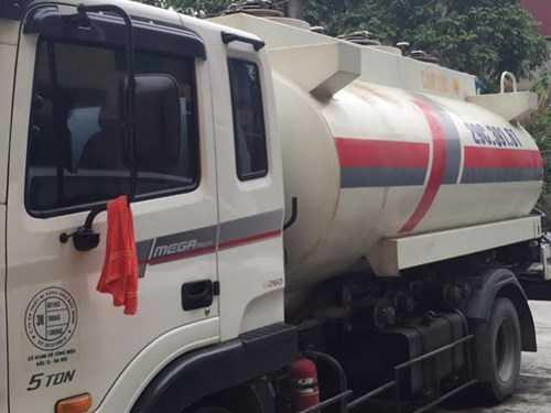 Chiếc xe chở chất lỏng nghi xăng bị bắt giữ - ảnh do BCĐ 389 Hưng Yên cung cấp.