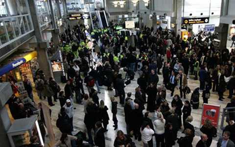 Hành khách được sơ tán vào vùng nội địa của sân bay Landvette. (Ảnh: Reuters)