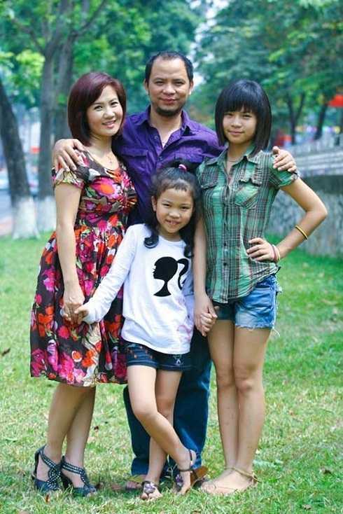 Anh Tuấn kết hôn cùng diễn viên Nguyệt Hằng. Cả hai cùng công tác tại Nhà hát Tuổi trẻ. Đồng lương diễn viên ít ỏi khiến nam nghệ sĩ phải kinh doanh thêm nhà hàng.
