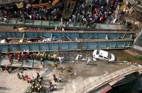 Toàn cảnh hiện trường vụ cầu sập Ảnh: Reuters