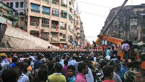 Khoảng 150 người bị mắc kẹt do vụ cầu sập Ảnh: India Express